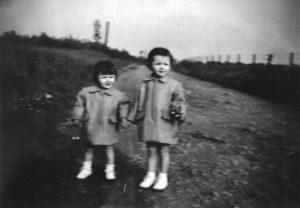Deux petites filles à la rue Offignies de Dour
