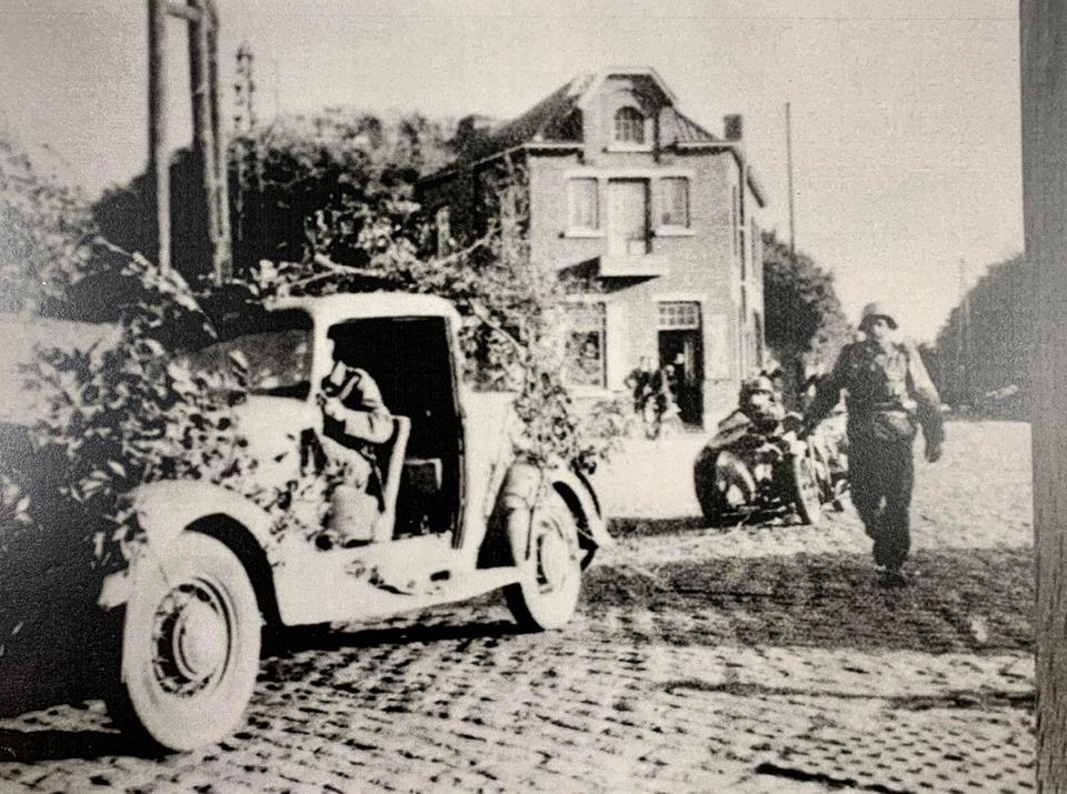 Venant de Bavay, cette voiture traverse le Carrefour de l'Epine en direction de Boussu lors de la retraite allemande.